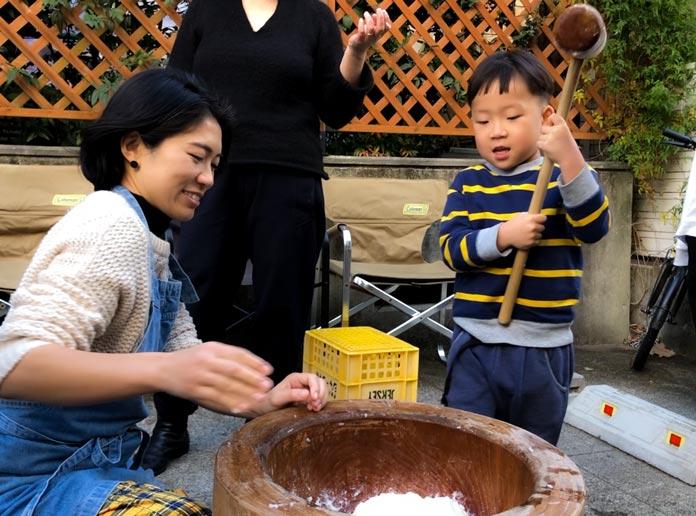 5歳の男の子が餅つき