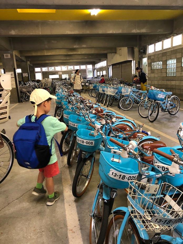 昭和記念公園で自転車を選ぶ子ども