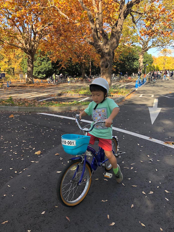 18インチの自転車に乗る5歳児