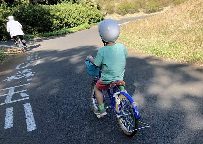 18インチの自転車に、身長110cm・5歳の子どもが乗っているところ