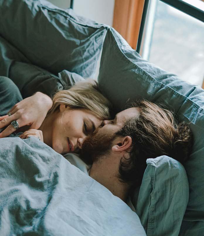 ベッドで朝を迎えた夫婦