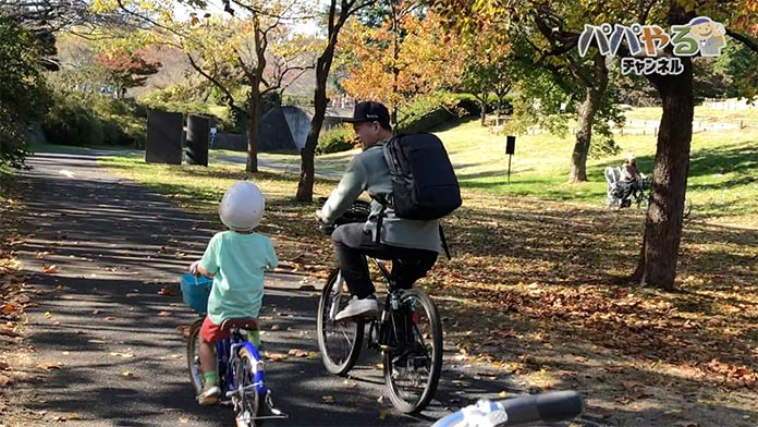 親子で並んで自転車に乗る