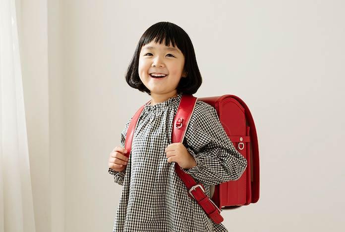 土屋鞄製造所のランドセルを背負う女の子 S字の肩ベルトが体への負担を軽減