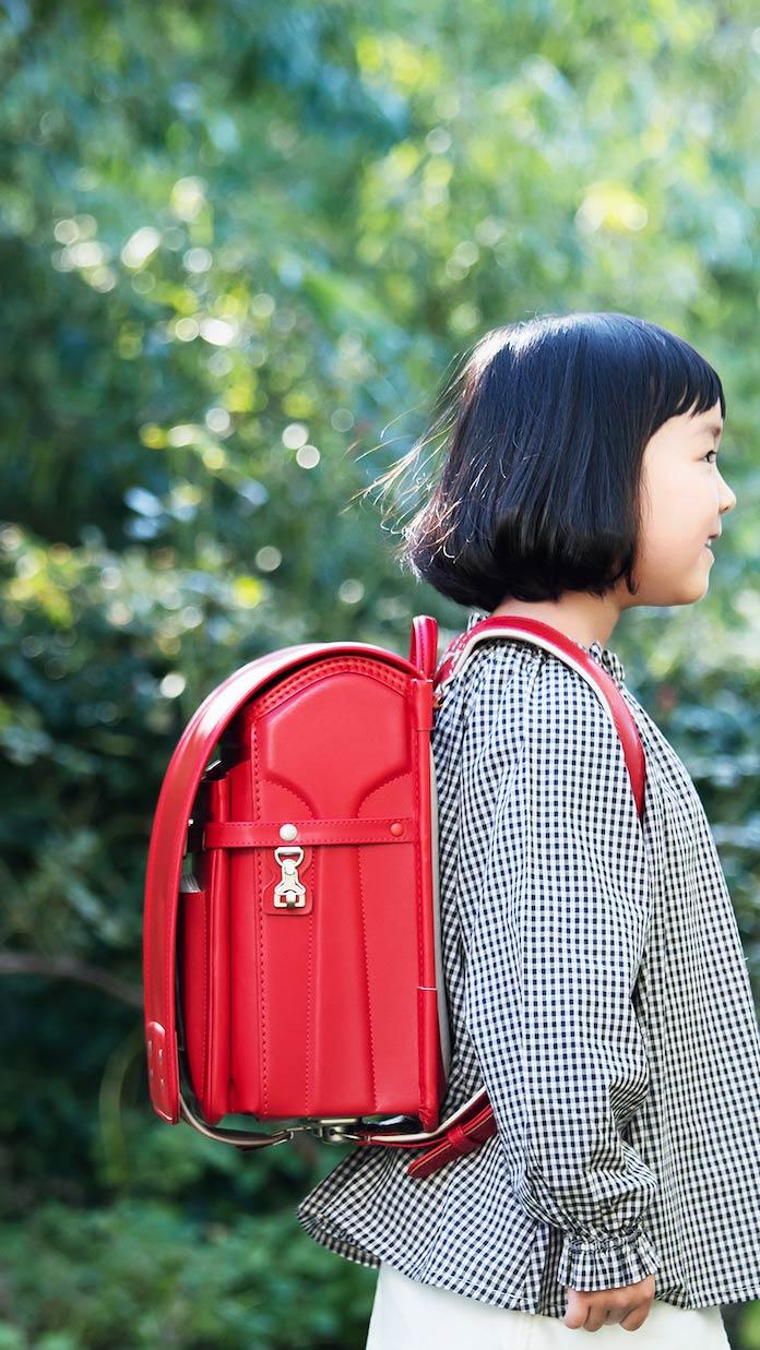 土屋鞄製造所の赤のランドセルを背負う女の子
