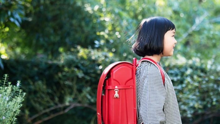 土屋鞄製造所 2021年モデルのランドセルを背負う子ども