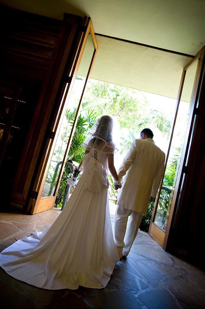 これから結婚式に向かう男女 ウェディングドレスとタキシード