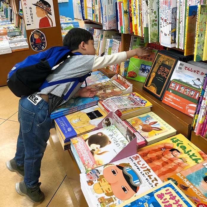 書店で本を選ぶ子ども