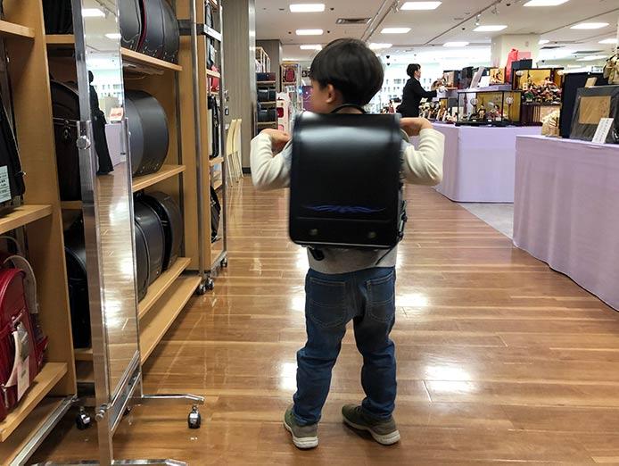 ラン活、百貨店でランドセルを生まれて初めて背負う5歳児