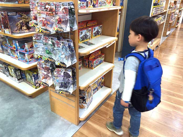 玉川高島屋、おもちゃ売り場でオモチャを見る子ども