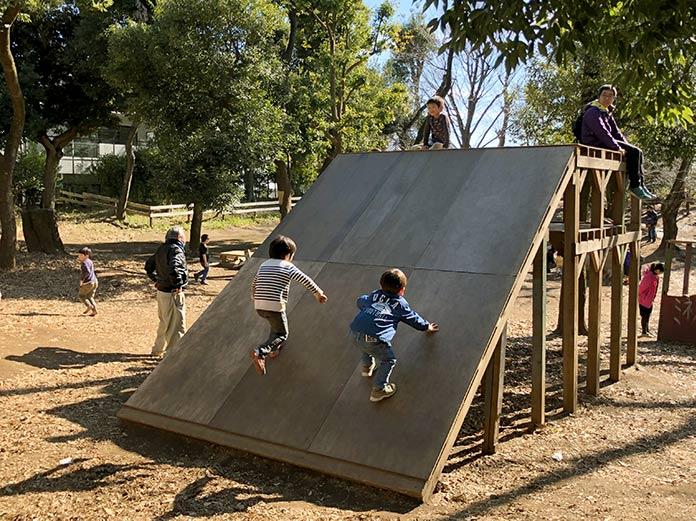 急な坂の木製すべり台 羽根木公園プレーパーク