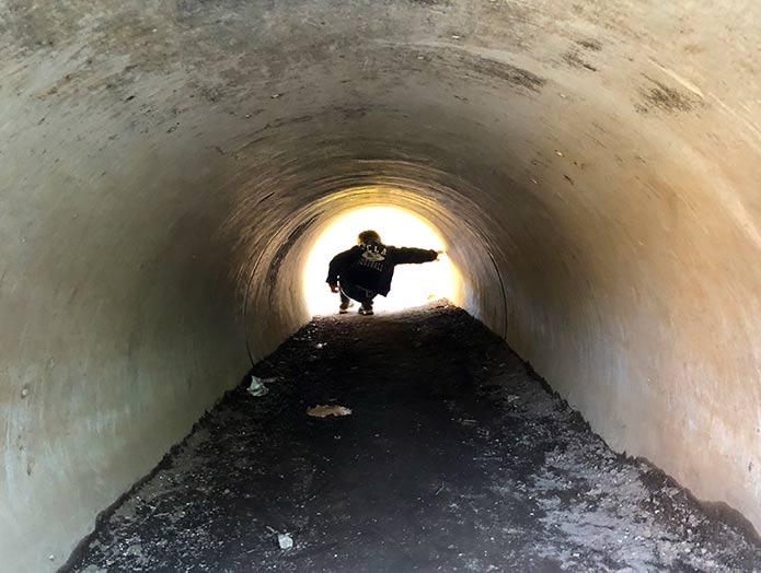 トンネルをくぐる子ども 羽根木公園