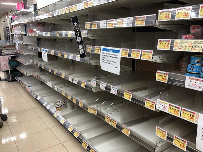 新型コロナウイルス 外出自粛要請を受け東京のスーパーで品切れ(ラーメン)