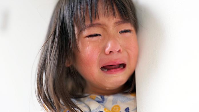 泣きじゃくっている幼い女の子