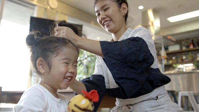 娘の髪を結うママ