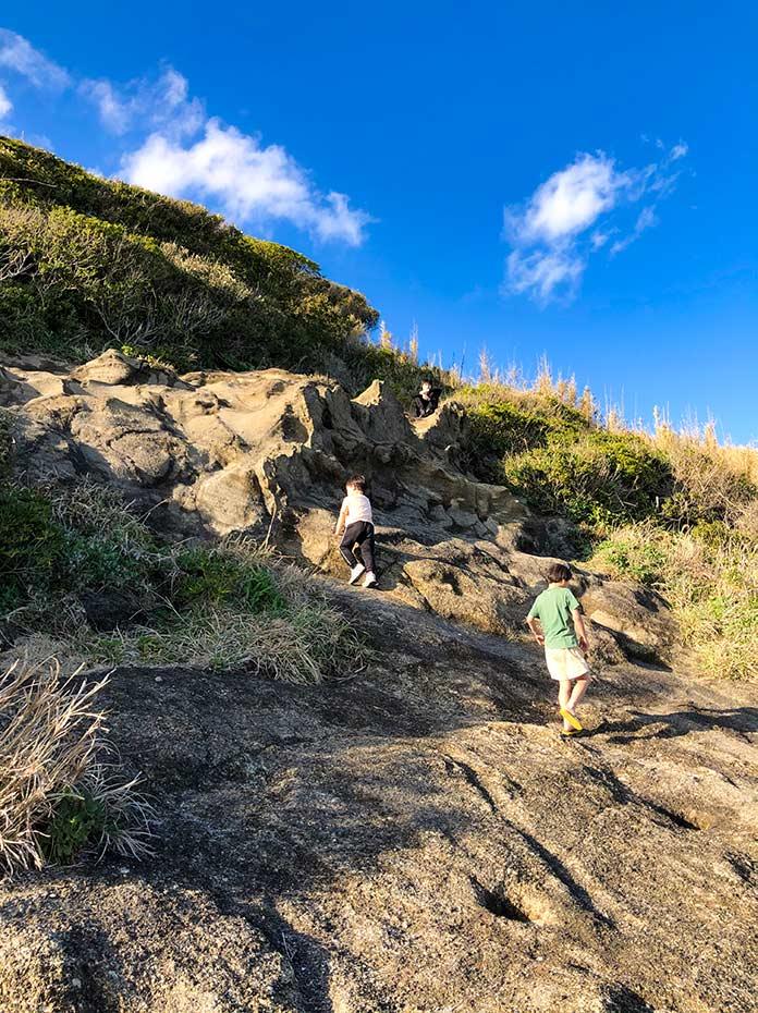 三浦半島の崖を登る子どもたち
