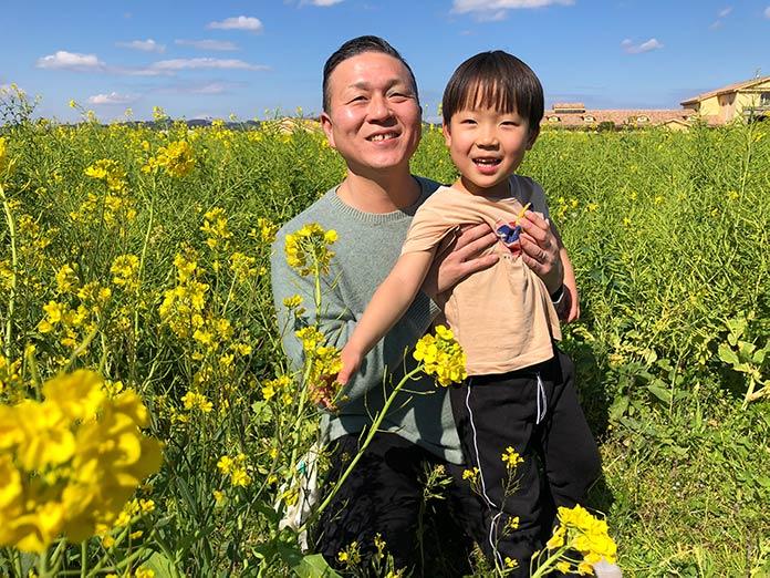 菜の花畑で親子写真(父と子)