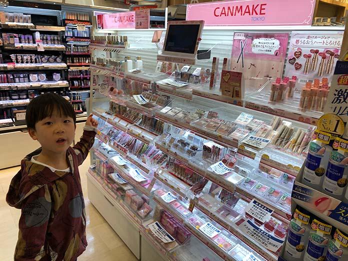 化粧品売り場のキャンメイクコーナー
