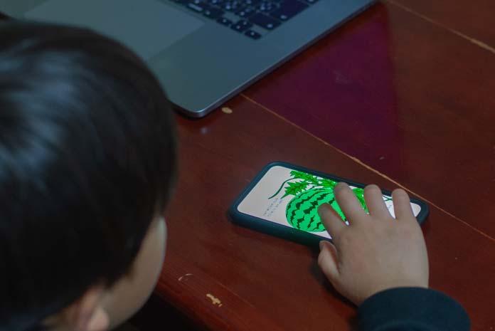 iPhoneで絵本を読む(Kindle)を子ども
