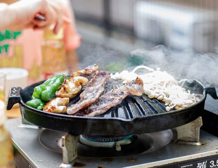 ジンギスカン鍋で焼肉をしているところ