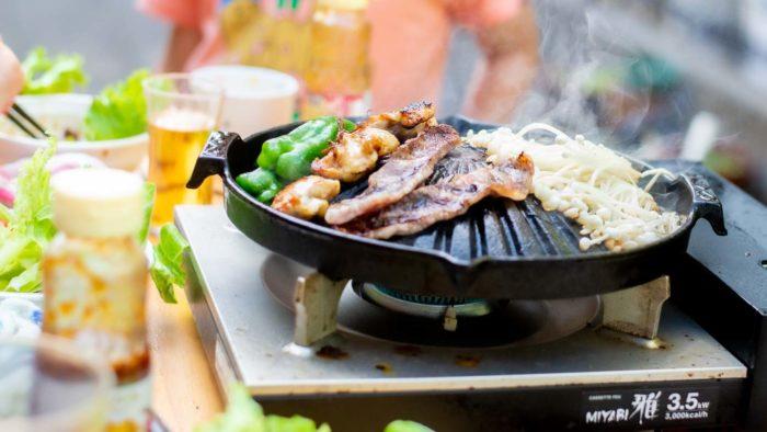 ジンギスカン鍋とカセットコンロで、自宅の庭で焼肉