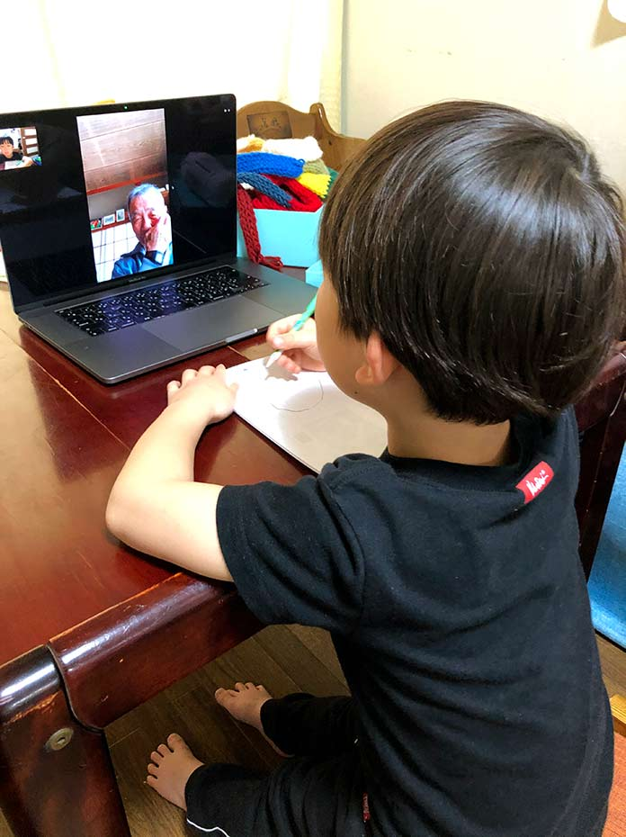 じいじとLINEのテレビ電話をする孫(5歳児)