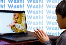 ピコ太郎 PPAP 2020 を見て、手洗いする子ども