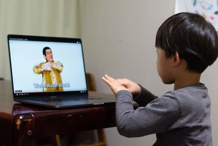 ピコ太郎 PPAP 2020 を見て手を洗う練習をする子ども(5歳)