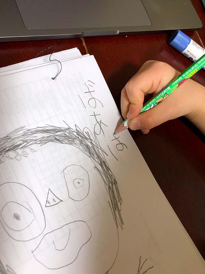 5歳児が描いている、ばあばの似顔絵