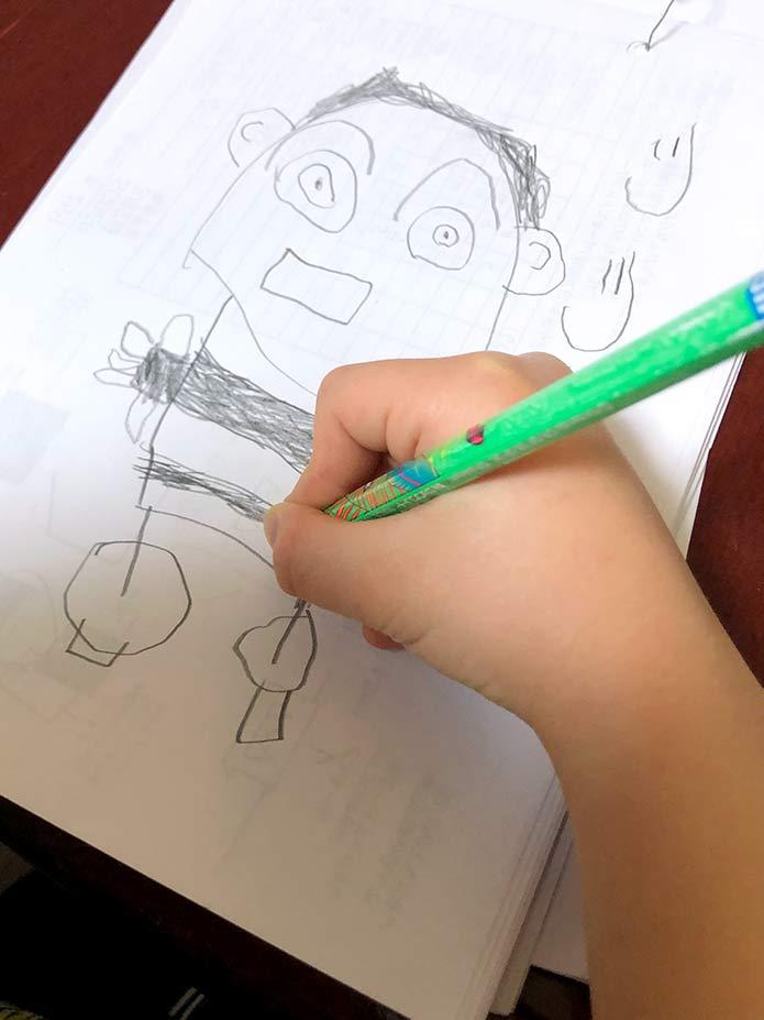 5歳児が描いている、じいじの似顔絵