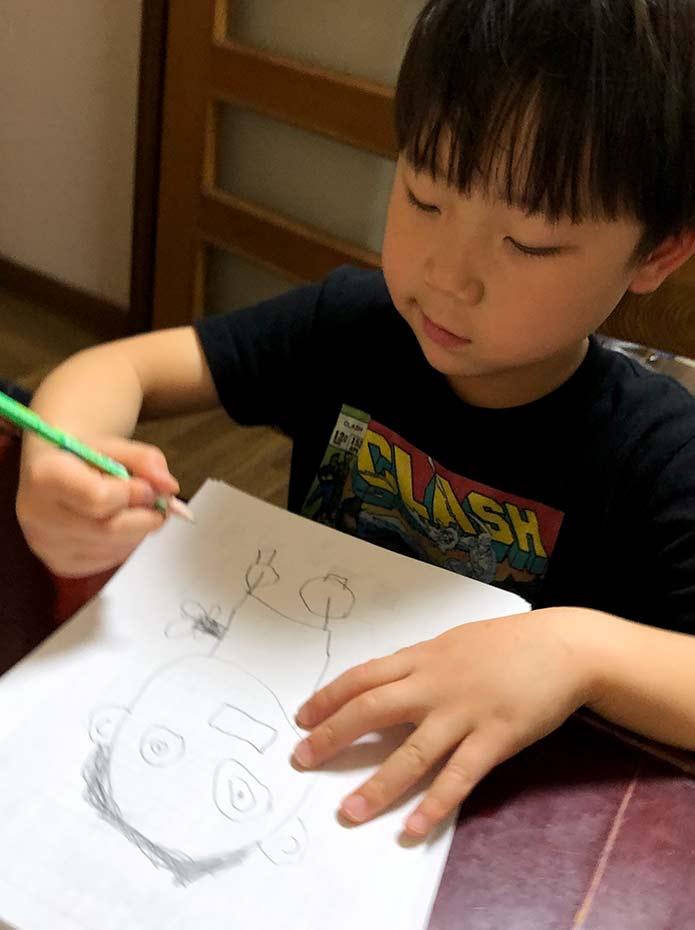 リモートでじいじの似顔絵を書く孫(息子)