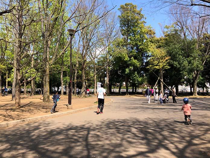 世田谷公園でストライダーに乗る子ども