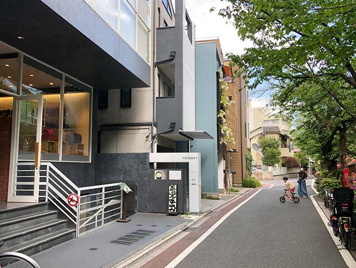 童具店・中目黒 建物外観と前の道