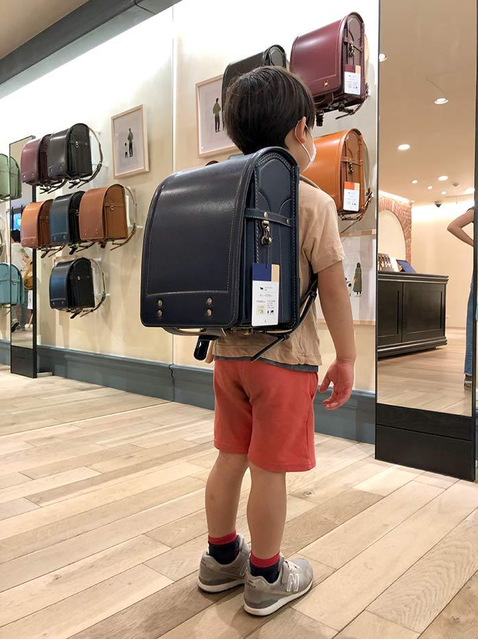 土屋鞄のランドセル 男の子が背負っている