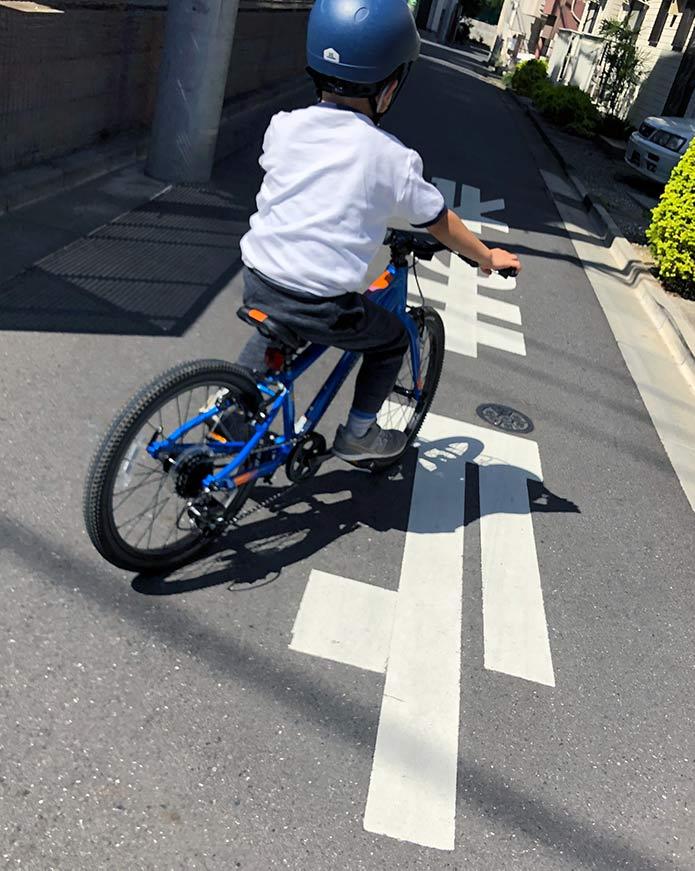 初めての自転車に乗る息子