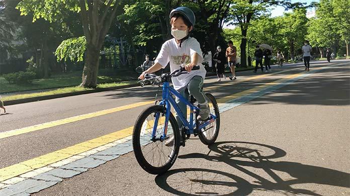 駒沢公園で自転車の練習をする子ども