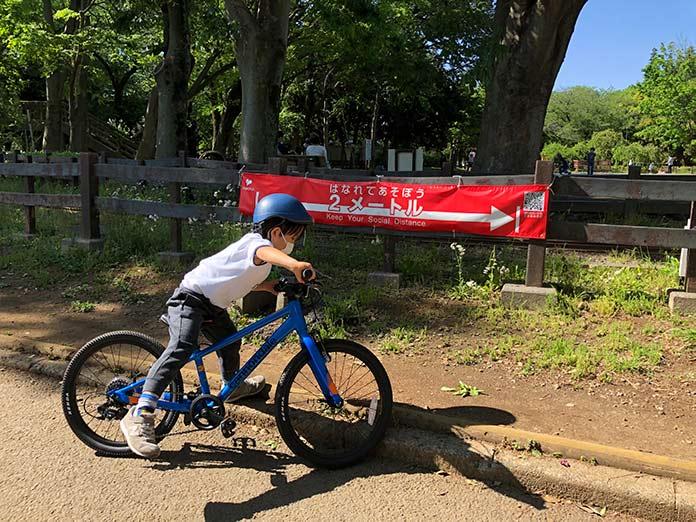 世田谷公園で自転車に乗る子ども