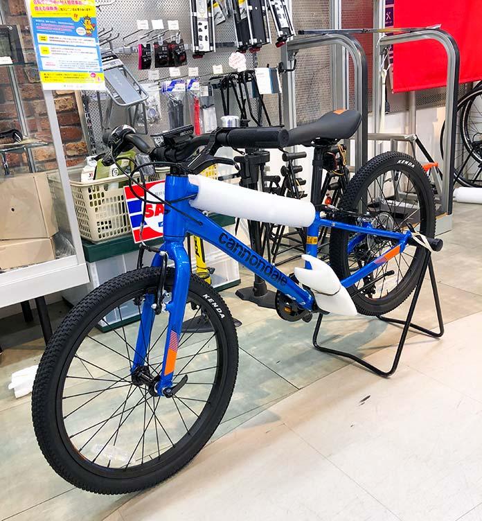 Y's Road 渋谷本館 で キャノンデールの自転車を購入しているところ