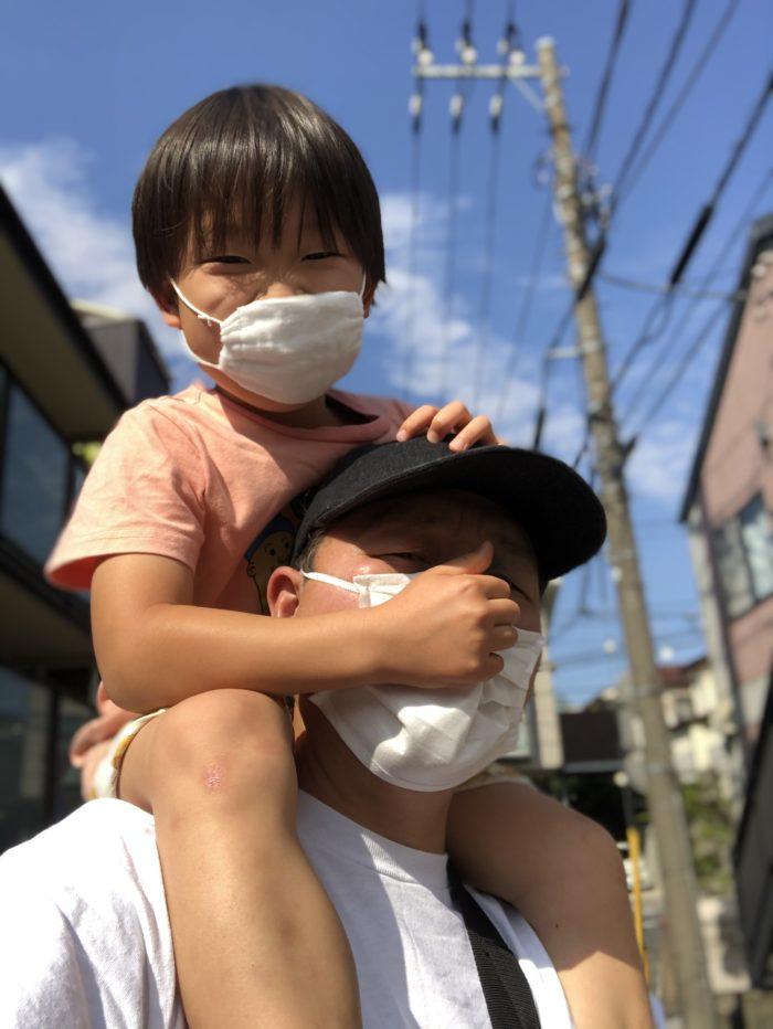 マスクをつけて肩車をするパパと6歳の息子