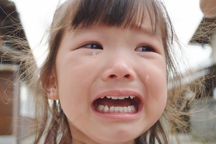 号泣する女の子(子ども)