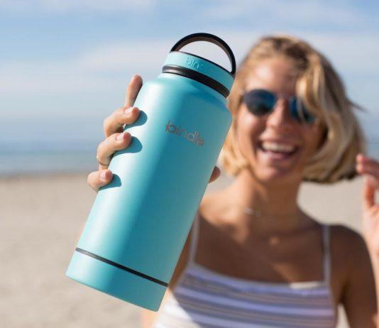 水筒を持つ女性