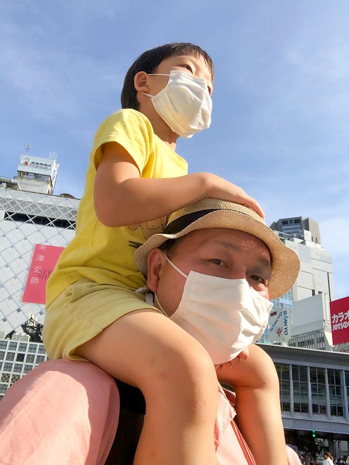 6歳の息子を肩車して歩くパパ(渋谷スクランブル交差点)