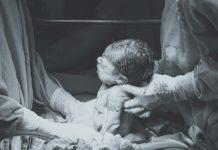 出産シーン 赤ちゃんを取り上げる医師