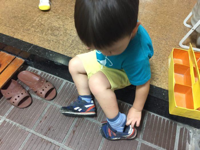 自分で靴をはく、3歳児