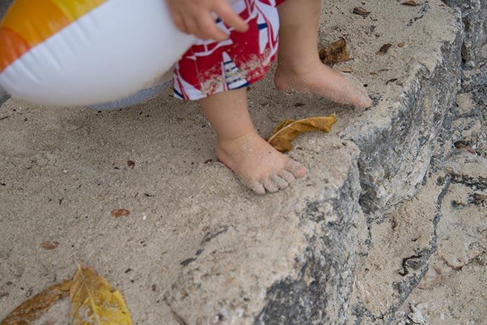 ビーチを歩く幼児の足