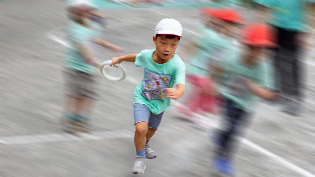 リレーで走る園児(保育園の運動会・年長組)