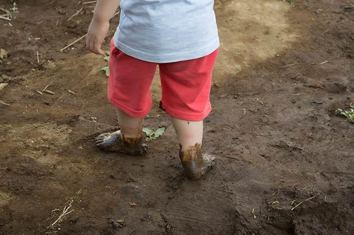 駒沢はらっぱプレーパークで泥んこ遊び