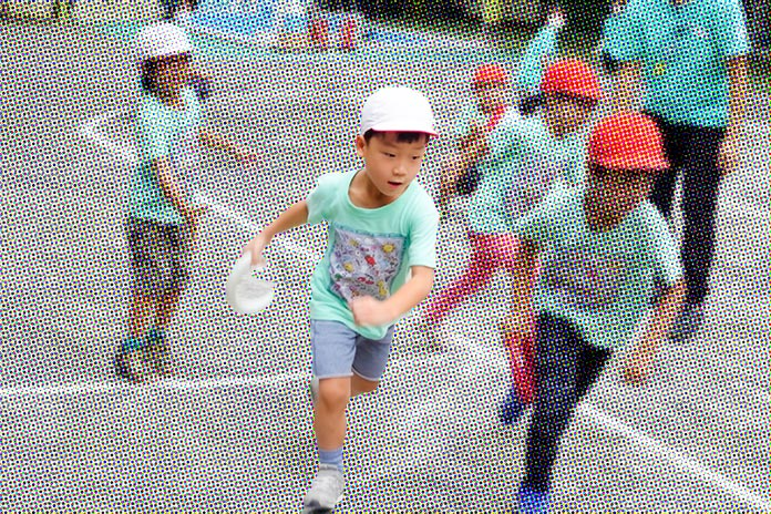 運動会のリレーで走る保育園児