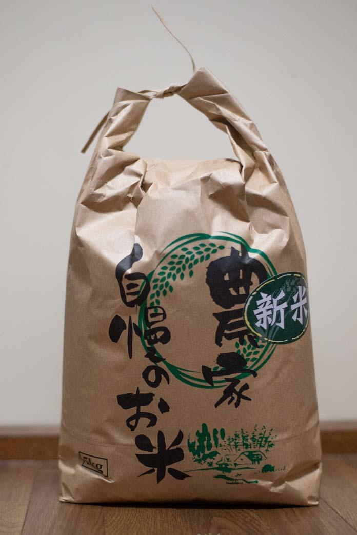 紙の米袋に入ったお米 5kg