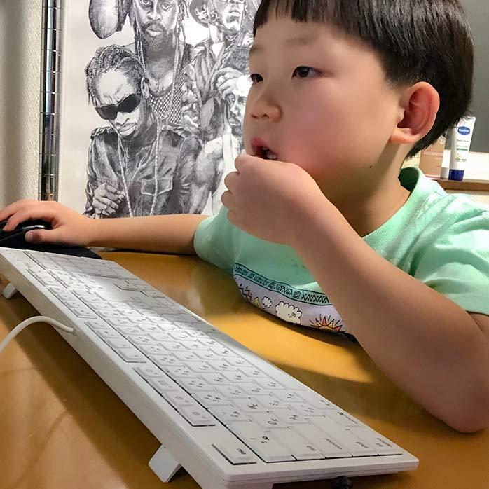 パソコンを操作する6歳児