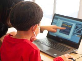 プログラミング教室を体験する6歳児